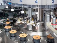 Varie tipologie di orientamento ottico o meccanico, al fine di rilevare e orientare capsule con scritte, spot UV, congiunzione stampo vetro, marchi in vetro, serigrafie, tappi con apertura a leva, etichette già applicate su differenti contenitori