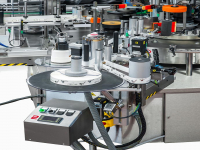 Automatic adjustment of the self-adhesive labelling unit axes, with the possibility of automating up to 2 axes: (vertical movement and horizontal movement) and pilot lights to signal inclination and oscillation